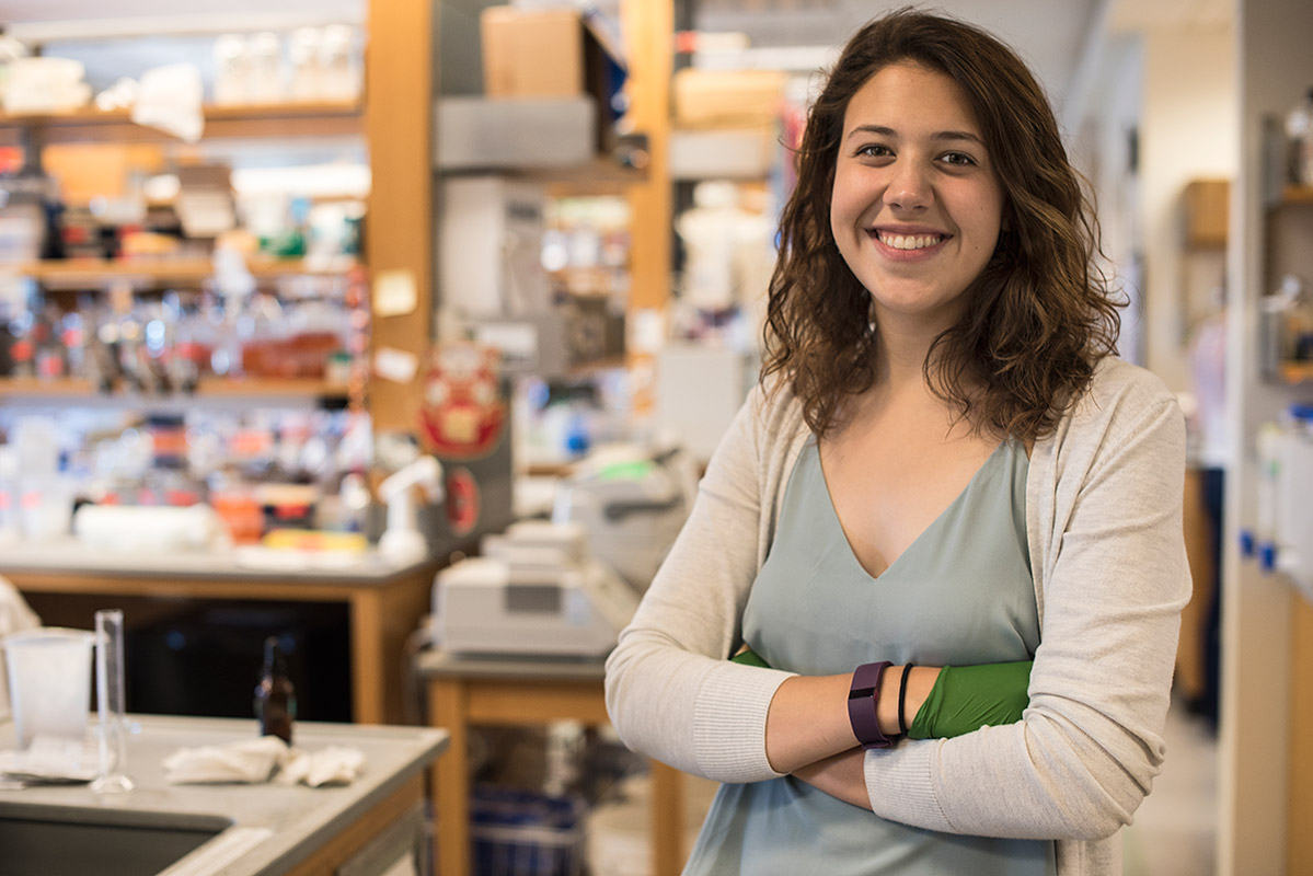 Amy Zamora '18 in Roshan Jain's lab